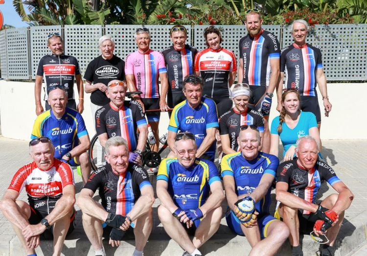 Picture 19: Fred Rompelberg 268 km: Dries van Agt, Gerd Leers, Gerard van Velde and Jan and Fons van Katwijk as guests with us on Mallorca.
